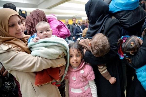 Прибытие беженцев в аэропорт Рима. Фото AFP