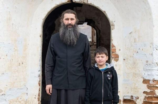 Священник, который случайно усыновил 10 детей