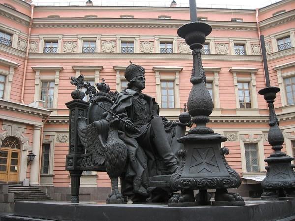 Памятник Павлу I во дворе Михайловского (Инженерного) замка в Санкт-Петербурге