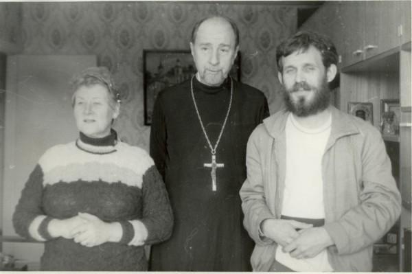 Отец Владимир с матушкой Натальей и моим сокурсником по институту о. Павлом Поповым