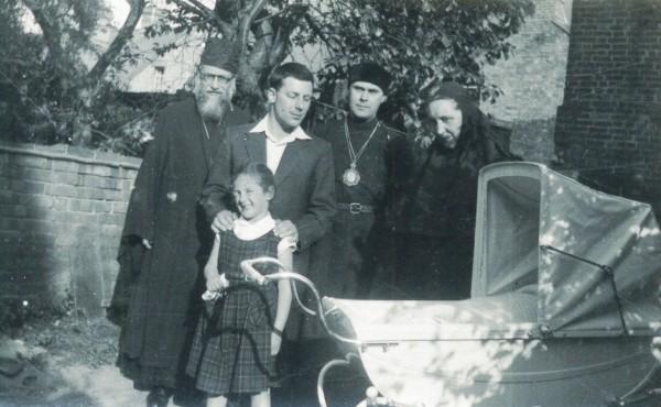Крестины дочери Кати. 26 мая 1958 г. Владыка Антоний Сурожский - в центре. Дочь Мирьяна рядом с коляской