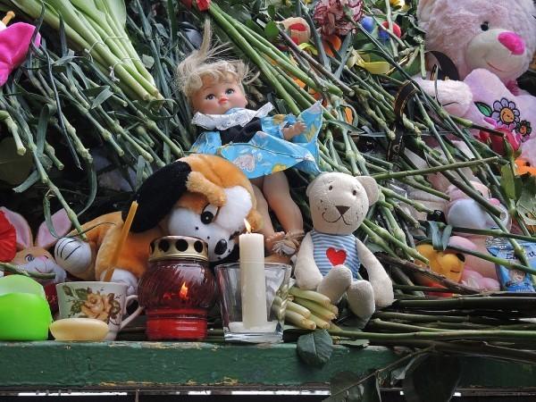 """Цветы и игрушки возле """"Октябрьского поля"""" в память об убитой девочке"""