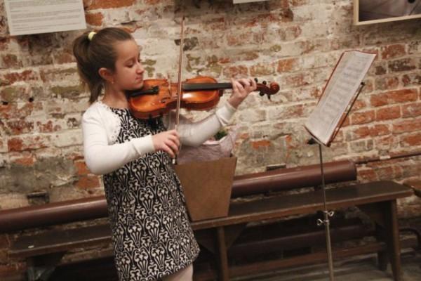 Дочь Елены Мещеряковой Оля играет на скрипке. Фото: spiporz.ru
