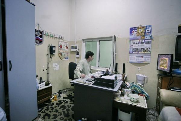 """""""В основном я работаю в охране: то в гараже, то в игровом зале, последние 10 лет здесь, в этом доме"""". Фото Кирилла Миловидова"""
