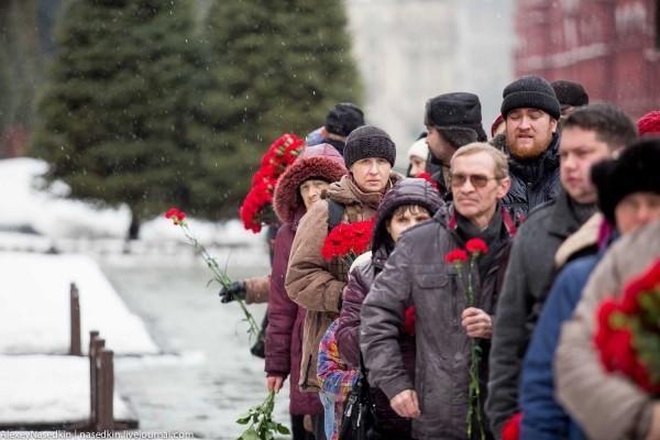 """Люди несут цветы на могилу Сталина. Фото """"Эхо Москвы"""""""