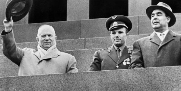 На трибуне Мавзолея Хрущёв, Юрий Гагарин и Брежнев