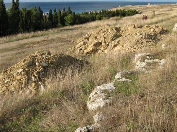 Под Херсонесом православные убрали мусор с территории древнего храма