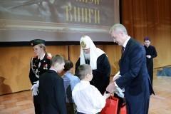 Патриарх объяснил детям, почему книга лучше гаджета