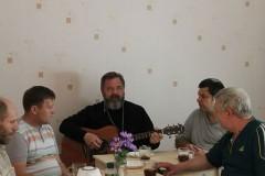Священник открыл в своем доме приют для сотен заключенных