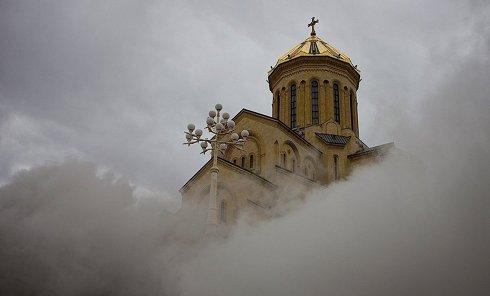 В Тбилиси сгорела часть кафедрального собора Святой Троицы