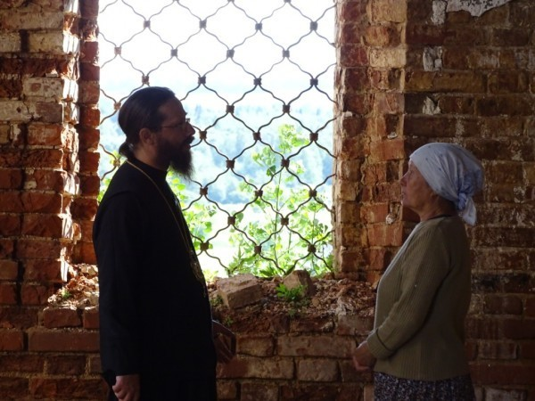 В храме Зуевского района, общение с прихожанами на тему восстановления
