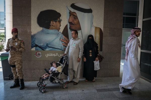 Г-н и г-жа Гани вместе с близнецами у входе в кабинет Абдуллы специалиста детской больнице в Эр-Рияде. Больница находится в ведении саудовской Национальной гвардии и объединяет в себе королевскую щедрость, исламскую благотворительность и дипломатию.