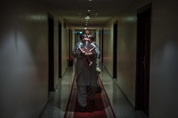 Нисар Гани, 45 лет, из Пакистана со своими дочерьми, сиамскими близнецами Фатимой и Мишал в Эр-Рияде, Саудовская Аравия. Вскоре после первого дня рождения девочек, семья принесла их из бедного города в Пакистане в богатую нефью Саудовскую Аравию для редкой и рискованной операции по разделению, которая могла бы спасти им жизнь