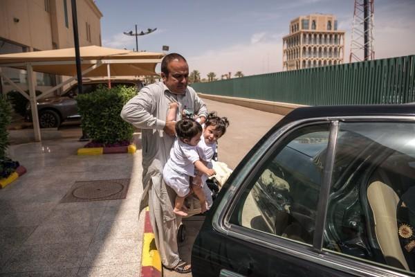 Король Салман утверждает отдельные случаи, в которых правительство оплатит счета, давая пациентам и членам их семей возможность прилететь и жить в Саудовской Аравии на время операции.