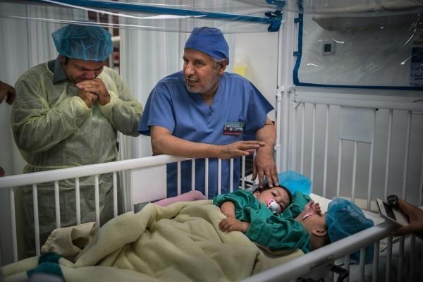 Г-н Гани пытается сдержать слезы, когда доктор объясняет детали предстоящей операции.