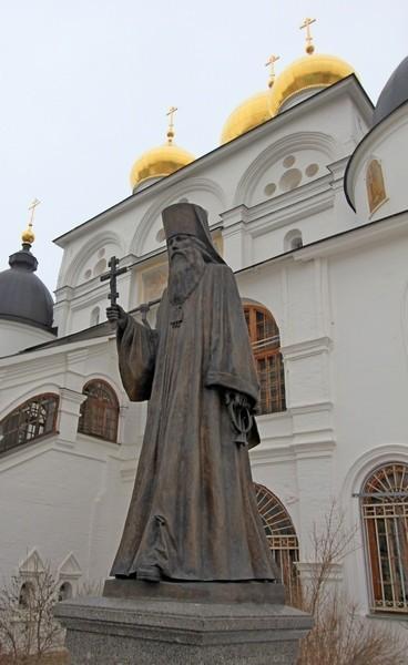 Памятник свщмч. Серафиму, епископу Дмитровскому