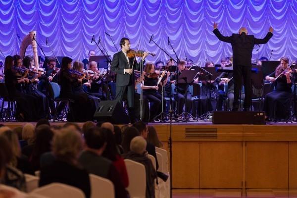 Лауреат многочисленных международных премий скрипач и преподаватель Московской консерватории Гайк Казазян исполняет «Концерт для скрипки с оркестром» А. Хачатуряна