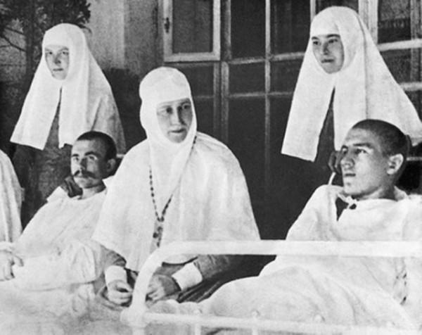 Святая преподобномученица великая княгиня Елисавета (в центре)