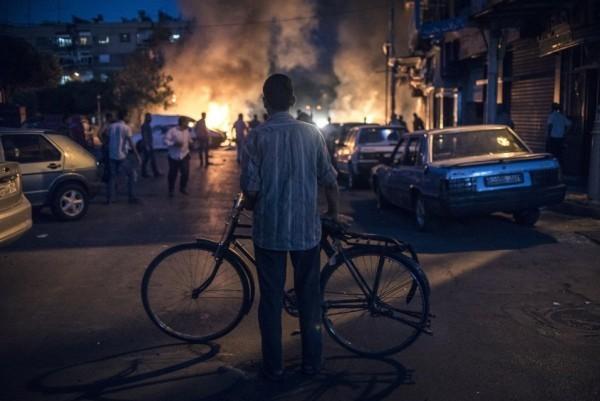 Мужчина с велосипедом смотрит на взрыв