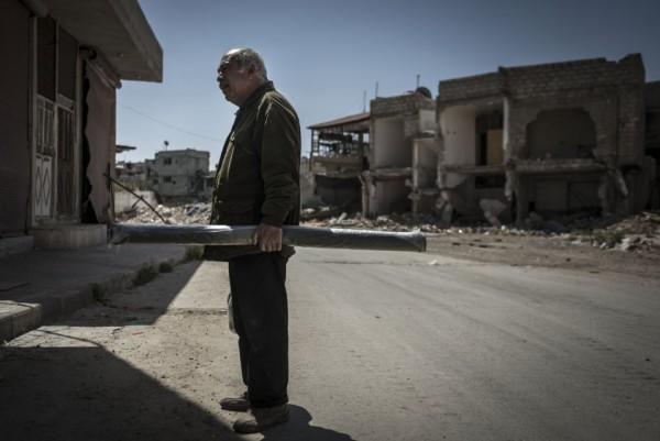 Мужчина смотрит на улицу в деревне Саеда Зейнаба