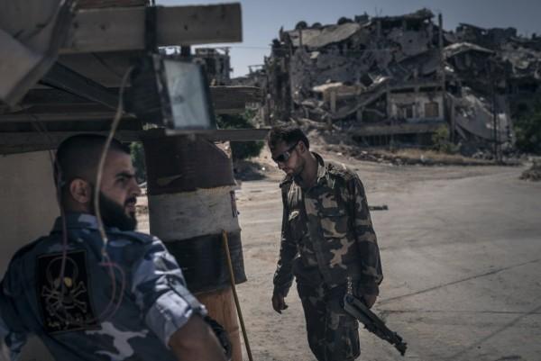 Армейский контрольный пункт в Хомсе. Контрольные пункты управляются действующей армией. Столкновения вспыхнули между теми, кто мардоредствовал и грабил несогласных с политикой действующей власти, позволившей повстанцам уйти со своим оружием, и теми, кто пытался им помешать