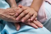 Жители России не готовы помогать тяжелобольным взрослым людям