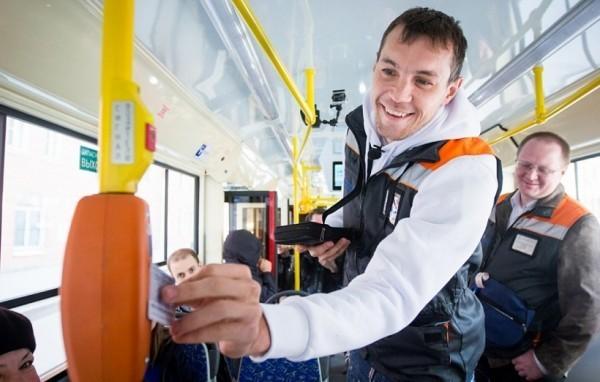 Футболист Артем Дзюба поработал кондуктором для благотворительного проекта