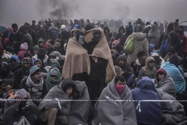 Мигранты ждут прибытия полиции в Словении для сопровождения в регистрационный лагерь