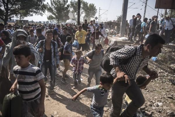 Мигранты торопятся пересечь границу между Грецией и Македонией из маленькой греческой деревни Идомени