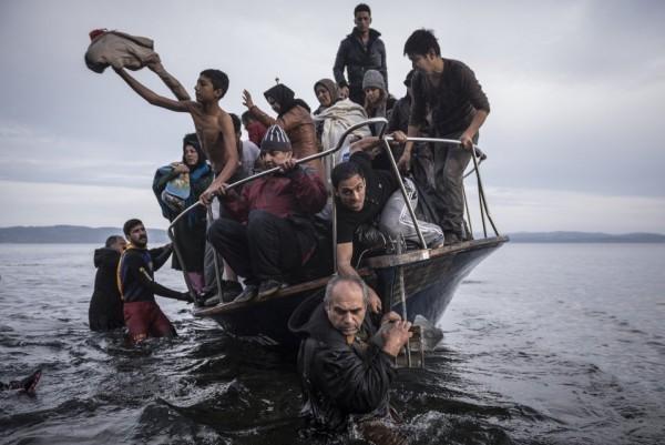 Мигранты на лодке из Турции подошли к деревне недалеко от Скалы (Греция)
