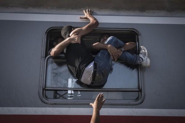 Беженцы пытаются проникнуть в поезд из Загреба до Товарника (Хорватия)