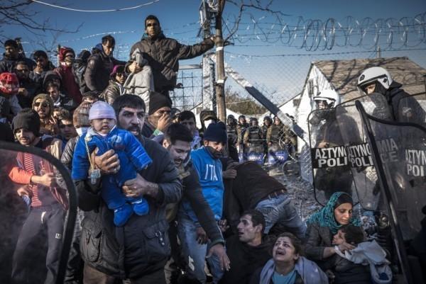 Семья иранских мигрантов окружена греческой полицией во время попытки перекрыть границу с Македонией
