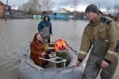 В Вербное воскресенье спасатели на лодках доставили жителей прикамского села в церковь