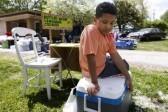 В США 9-летний мальчик продает лимонад, чтобы заработать на свое усыновление