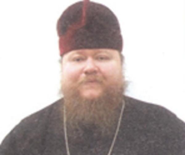 Одетый в рясу участник драки в Новосибирске — давно не священник