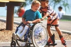 Большинство родителей детей-инвалидов хотят, чтобы их дети учились в обычных школах
