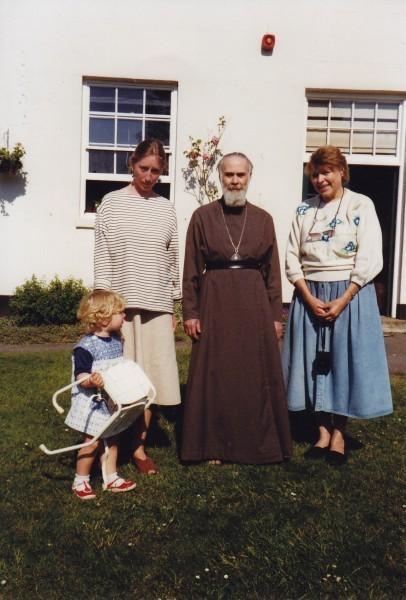 Митрополит Антоний и Алена с дочкой Аглаей (слева)