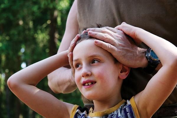 Мальчик 8 лет зажимает член и получает удовольствие