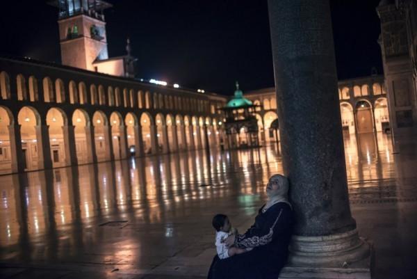 Женщина с ребенком в мечети Омаяд