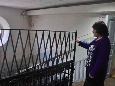 Главный библиотекарь показывает комнаты, где преподаватели поселили монахинь, изгнанных из монастыря.