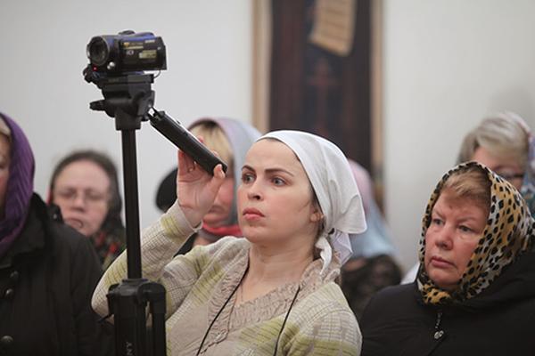 Надежда Ильчук работает в больнице социальным работником. Кроме того, она – своего рода больничный летописец – снимает видеосюжеты о важных событиях в больнице. Фото: miloserdie.ru