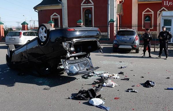 Автомобиль Лада Приора сбивший двух человек на Хованском кладбище в ходе массовой драки Фото: Михаил Джапаридзе/ТАСС