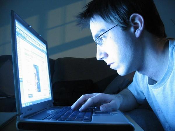 Астахов предложил привязать аккаунты детей в соцсетях к страницам их родителей