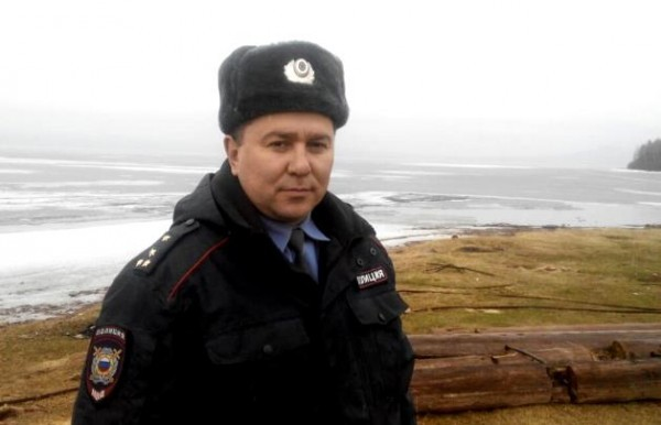 Полицейский спас троих рыбаков с оторвавшейся льдины в Приангарье