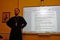 Священников и добровольцев учат языку жестов в Москве