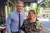 Молодой американец учит бездомную читать