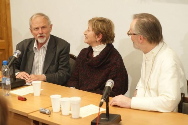 Никита Струве, Ольга Седакова и священник Георгий Кочетков. Фото с сайта www.sfi.ru