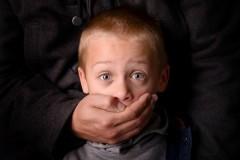 На вас с ребенком напали – как защититься?
