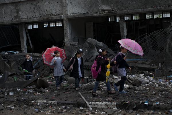 ©Bernat Armangue Gaza/www.worldpressphoto.org Дети идут среди обломков школы в городе Газа.