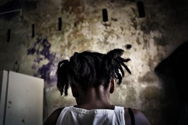 """©Francesco Zizola/www.worldpressphoto.org Мария (8 лет) на консультации в центре """"Врачи без границ"""" в Льоро, (Колумбия) после того, как была изнасилована партнером своей матери. Насилие стало привычным в Колумбии. Страна долгое время находится в состоянии гражданской войны. Женщины и дети часто становятся жертвами сексуального насилия."""